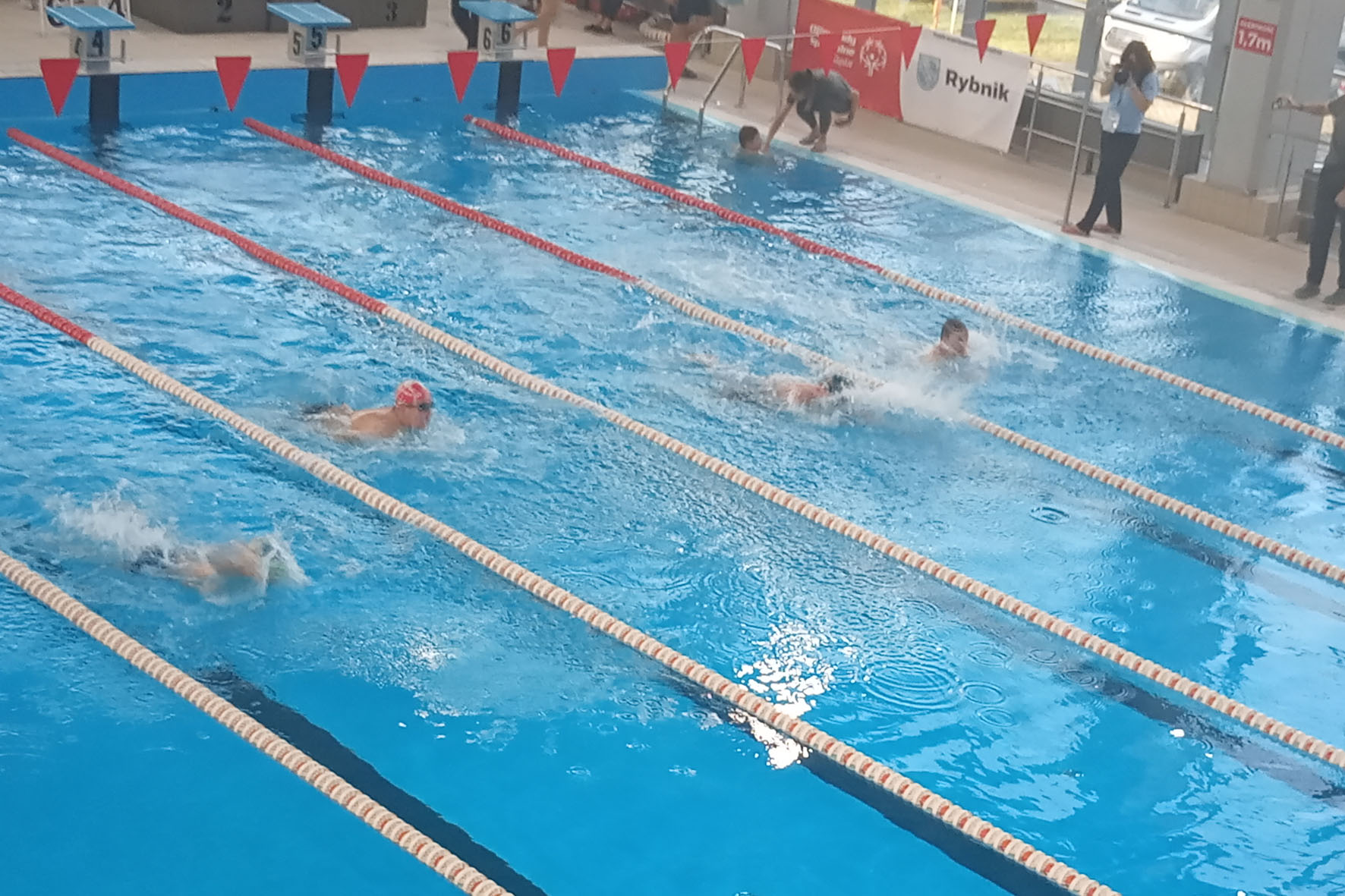 ZNPO walczyło o medale na zawodach pływackich